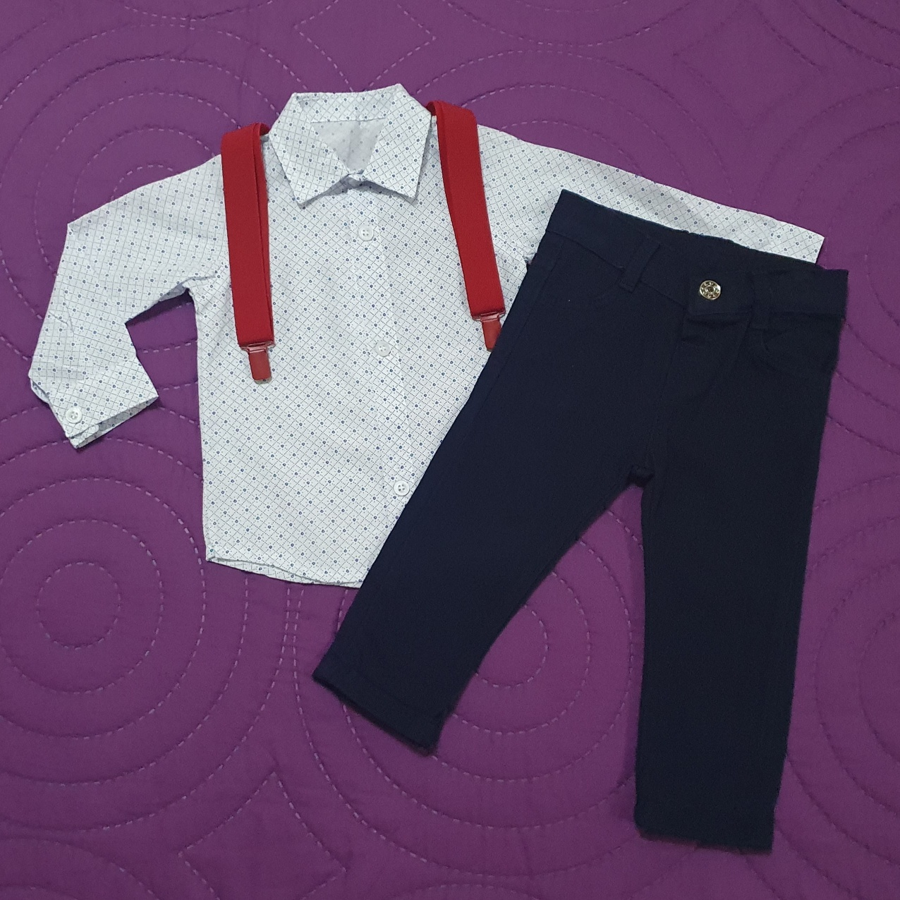 "Set 2 piese ""Joc de puncte"", camasa maneca lunga si pantaloni bleumarin cu bretele rosii"