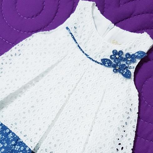 Rochie alba de vara, brodata, cu margine albastra inflorata
