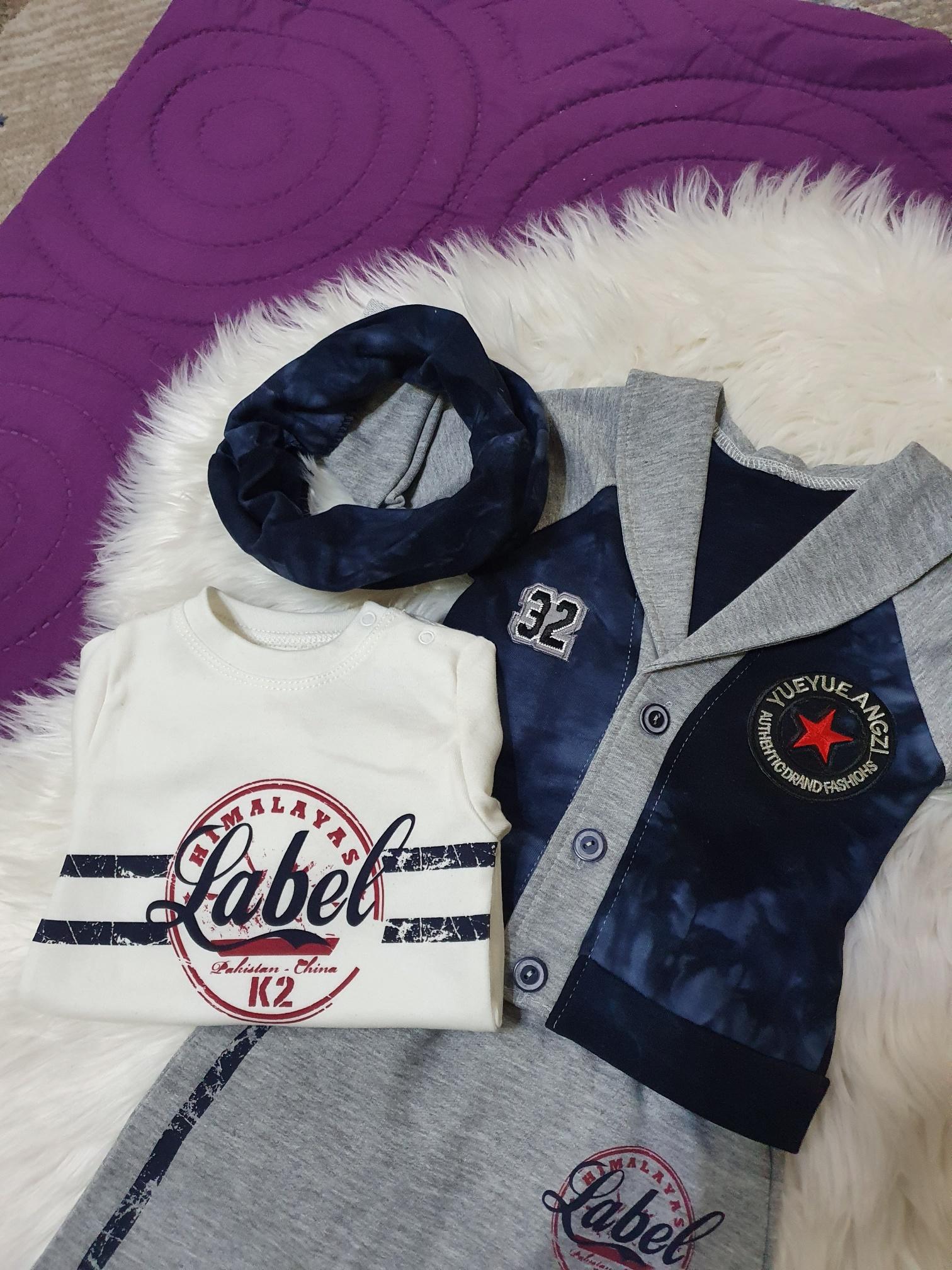 Set 4 piese, pulover descheiat gri cu bleumarin , maleta alba, pantaloni gri si esarfa