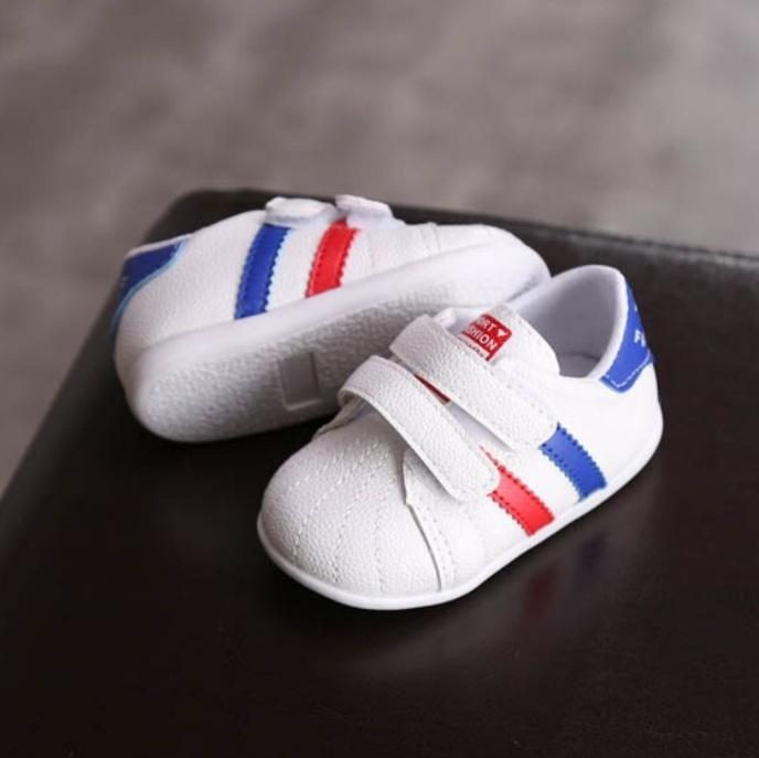 Adidasi albi cu dungi albastre si rosii