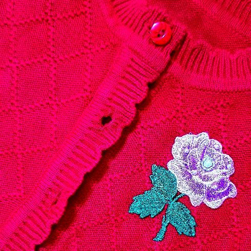 "Set 2 piese ""Trandafirul parfumat"",  rochie tull rosu brodat si pulover descheiat"