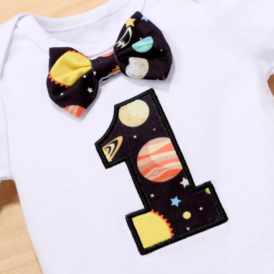 "Set aniversar 1 an  ""Cosmos"", body alb, pantalon model planete cu bretele negre"