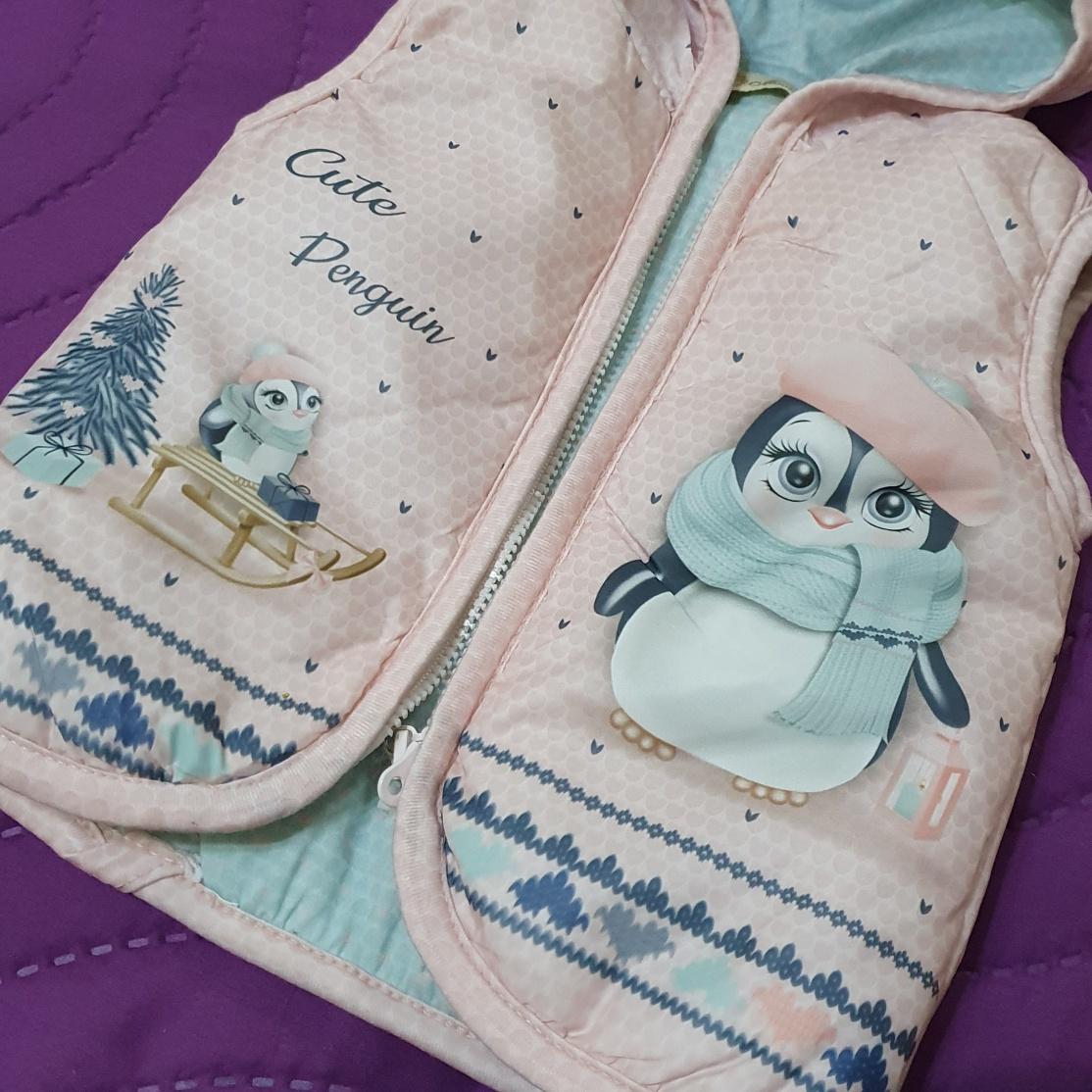 """Set 3 piese """" Pinguinul dansator"""", vesta cu gluga, bluza alba maneca lunga, pantaloni roz"""
