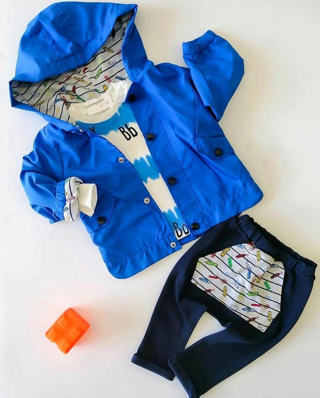 "Set 3 piese ""Creioane colorate"", geaca albastra de vant, bluza alba, pantaloni bleumarini"