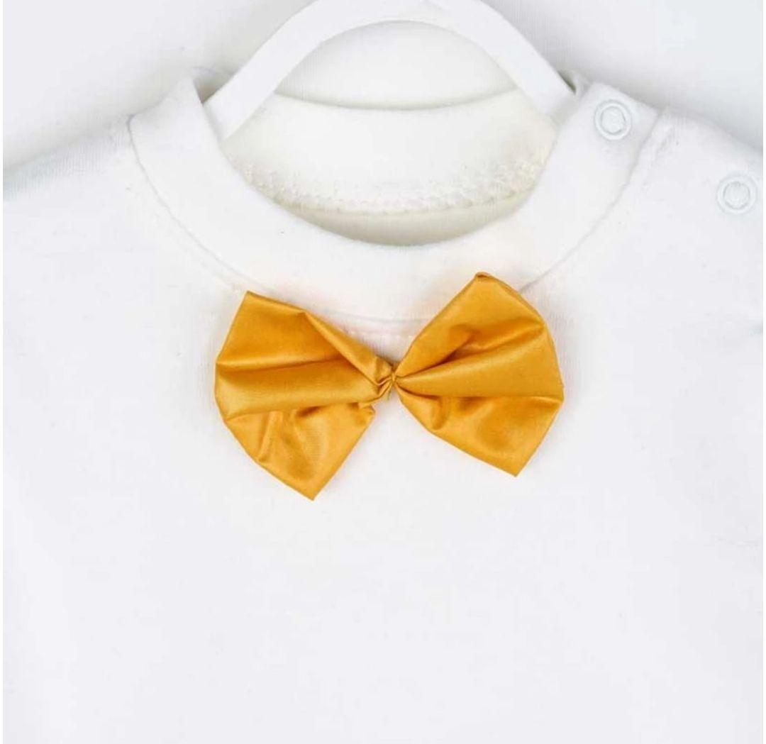 Set 3 piese , bluza alba cu papion galben, vesta gri  si pantaloni cu petice