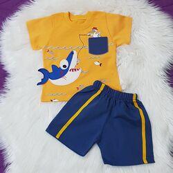 "Set vara 2 piese "" Pelicanul pescar"" , tricou galben , pantalon scurt albastru"