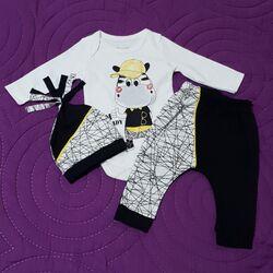 "Set 3 piese "" Zebra power"" , body alb maneca lunga , pantaloni si caciulita model joc de linii"