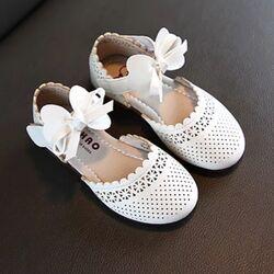 Sandalete dantelate albe, inchidere scai