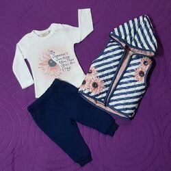 "Set 3 piese "" Crizantema roz"", vesta in dungi cu gluga, bluza alba maneca lunga, pantaloni bleumarin"