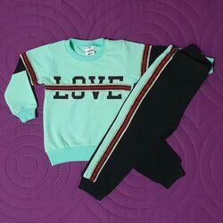 "Trening 2 piese ""Love"", bluza verde deschis, pantaloni negru cu insertii argintii"
